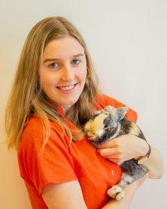 Assistente Lieke met haar konijn bij Dierenarts Arnhem