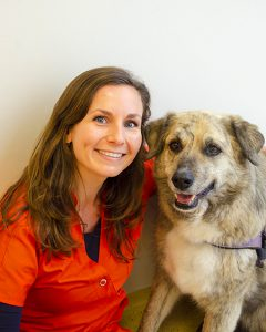 Assistente Liza met haar hond bij Dierenarts Arnhem, vestiging Schuytgraaf