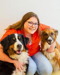 Assistente Eliette van den Brink met honden bij Dierenarts Arnhem